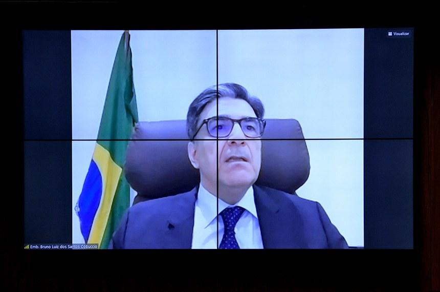 Comissão de Relações Exteriores e Defesa Nacional(CRE) se reúne em sistema semipresencial para sabatina de indicados para missões diplomáticas no exterior.  As reuniões ocorrem de forma semipresenciais, sendo permitida a participação remota dos senadores através de um aplicativo de videoconferência, para debate com os indicados e leitura de relatórios.   Indicado para exercer o cargo de Embaixador do Brasil na República do Senegal e, cumulativamente, na República Islâmica da Gâmbia, Bruno Luiz dos Santos Cobuccio, em pronunciamento via videoconferência.  Foto: Pedro França/Agência Senado