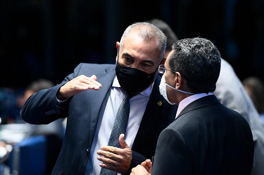 Plenário do Senado Federal durante sessão deliberativa semipresencial.  Em sessão semipresencial, senadores analisam a MP 971/2020, que autoriza reajuste de salário para policiais civis e militares e bombeiros militares do Distrito Federal. Também está na pauta o PLV 38/2020, oriundo da MP 974/2020, que prorroga contratos no âmbito do Ministério da Saúde e que atingem profissionais de saúde que atuam nos hospitais federais do Rio de Janeiro, e indicações para embaixadores do Brasil em diversos países.  Bancada: senador Telmário Mota (Pros-RR);  senador Mecias de Jesus (Republicanos-RR).  Foto: Marcos Oliveira/Agência Senado