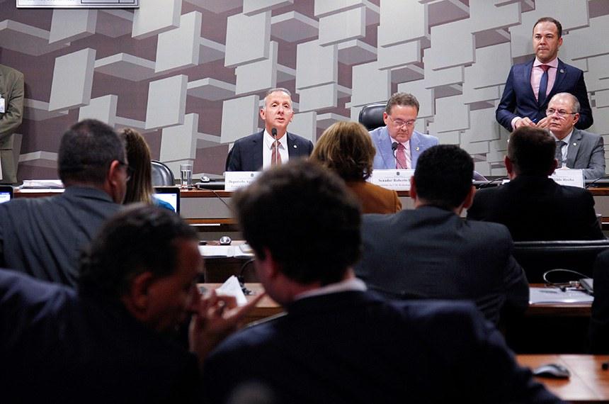 Comissão Mista Temporária da Reforma Tributária (CM-ReformaTributária) realiza reunião de instalação e deliberativa.   Mesa: relator da (CM-ReformaTributária), deputado Aguinaldo Ribeiro (PP-PB); presidente da (CM-ReformaTributária), senador Roberto Rocha (PSDB-MA); vice-presidente da (CM-ReformaTributária), deputado Hildo Rocha (MDB-MA).     Foto: Beto Barata/Agência Senado