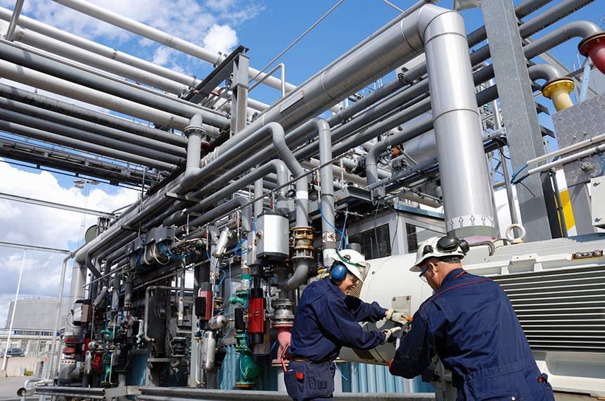 workers at fuel-station inside refineryf  https://www12.senado.leg.br/noticias/materias/2020/04/14/ifi-estima-queda-de-2-2-no-pib-podendo-chegar-a-5-2-em-cenario-pessimista