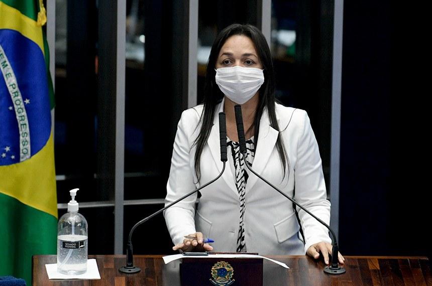 Plenário do Senado Federal durante sessão deliberativa semipresencial.  Em sessão semipresencial, senadores analisam a MP 971/2020, que autoriza reajuste de salário para policiais civis e militares e bombeiros militares do Distrito Federal. Também está na pauta o PLV 38/2020, oriundo da MP 974/2020, que prorroga contratos no âmbito do Ministério da Saúde e que atingem profissionais de saúde que atuam nos hospitais federais do Rio de Janeiro, e indicações para embaixadores do Brasil em diversos países.  Em discurso, à tribuna, senadora Eliziane Gama (Cidadania-MA).  Foto: Pedro França/Agência Senado
