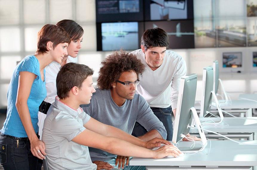 Grupo de jovens em treinamento de negócios.