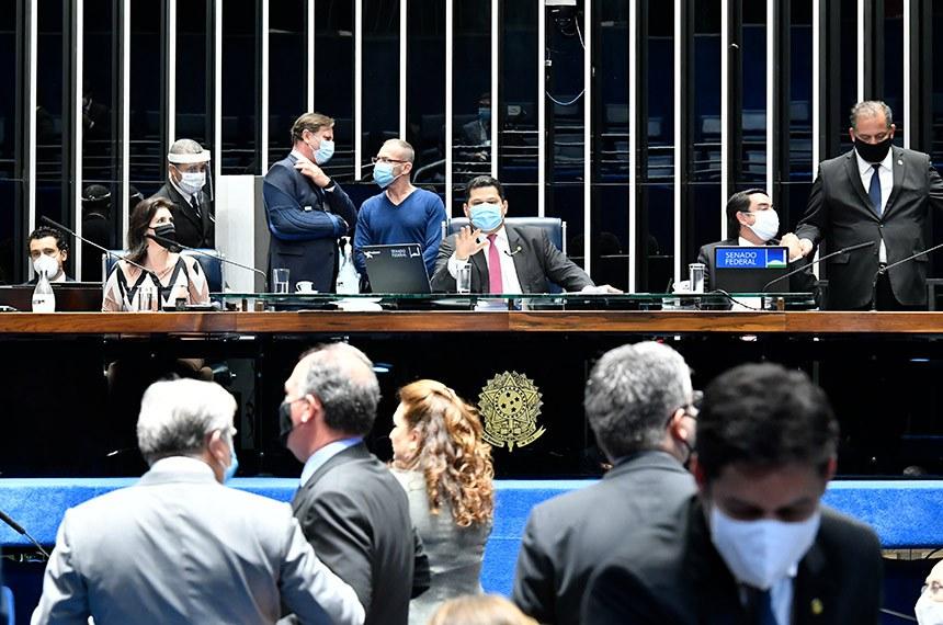 Plenário do Senado Federal durante sessão deliberativa semipresencial. Ordem do dia.  Plenário analisa indicações da Presidência da República para diretorias de agências reguladoras e para a recém-criada Autoridade Nacional de Proteção de Dados.  Participam à mesa: senadora Simone Tebet (MDB-MS);  senador Acir Gurgacz (PDT-RO);  senador Fabiano Contarato (Rede-ES); presidente do Senado Federal, senador Davi Alcolumbre (DEM-AP);  secretário-geral da Mesa do Senado, Luiz Fernando Bandeira de Mello Filho; senador Eduardo Gomes (MDB-TO).  Foto: Waldemir Barreto/Agência Senado
