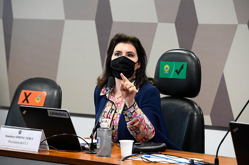 Comissão de Constituição, Justiça e Cidadania (CCJ) se reúne em sistema semipresencial para sabatina de indicado para exercer o cargo de ministro do Supremo Tribunal Federal (STF).   As reuniões ocorrem de forma semipresenciais, sendo permitida a participação remota dos senadores através de um aplicativo de videoconferência, para debate com os indicados e leitura de relatórios.   Presidente da CCJ, senadora Simone Tebet (MDB-MS) em pronunciamento.   Foto: Marcos Oliveira/Agência Senado