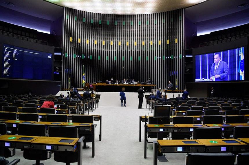 Sessão do Congresso analisou vetos e projetos que remanejam recursos do Orçamento. O senador Eduardo Gomes (no telão) foi relator de 25 dessas propostas