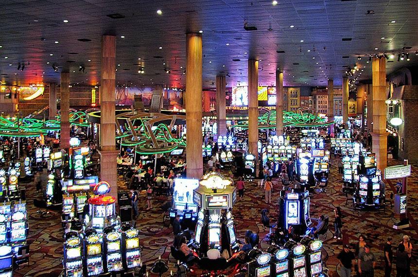 Entre as cidades que se desenvolveram economicamente em torno da atividade dos cassinos, Las Vegas, nos Estados Unidos é uma das mais famosas.  Os clientes dos cassinos podem jogar nas slot machines (caça-níqueis), roleta, blackjack, poker e outros jogos de fortuna e azar.
