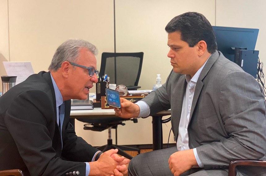 O ministro de Minas e Energia, Bento Albuquerque, e o presidente do Senado, Davi Alcolumbre, na reunião desta sexta
