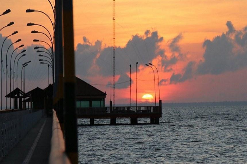 Pôr-do-sol no Trapiche Eliezer, também conhecido como Píer do Rio A Mazonas, em Macapá (AP).  Marcia do Carmo/Banco de Imagens MTur Destinos