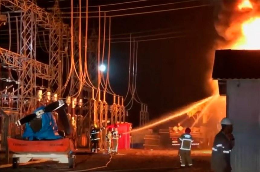 Bombeiros tentam conter o incêndio na subestação de Macapá, que gerou o apagão no estado