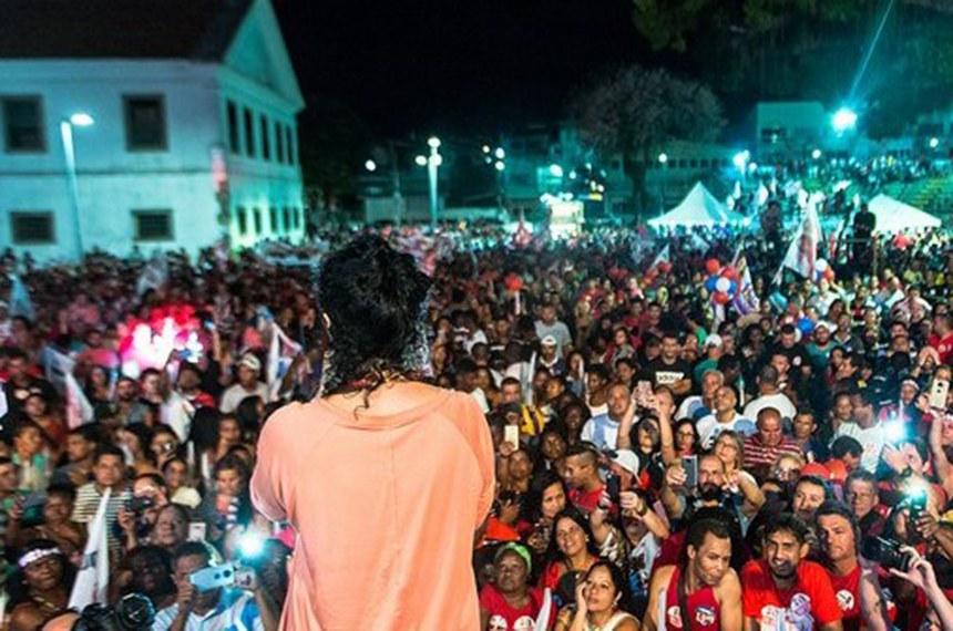 Márcia Tiburi faz comício em Maricá em praça lotada  . Comício de candidata foi na Praça da Igreja Matriz Nossa Senhora do Amparo - Divulgação