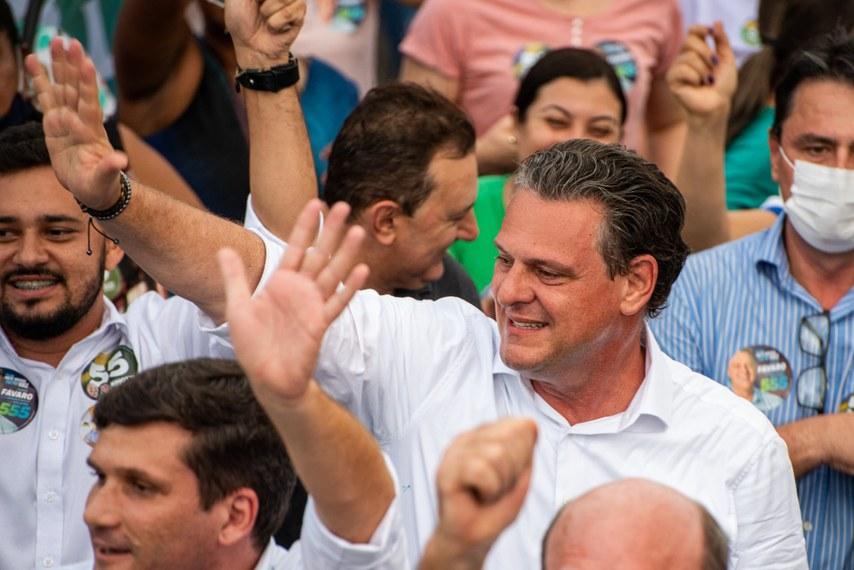 Fávaro já ocupava uma cadeira de senador de forma interina desde abril. Ele assumiu a vaga no Senado deixada por Selma Arruda, que teve a chapa cassada pela Justiça Eleitoral