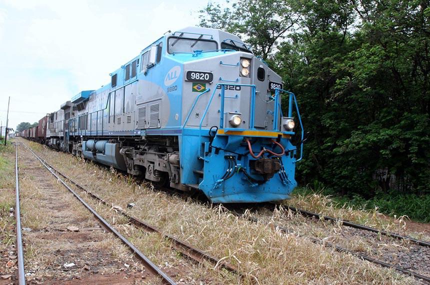 Quarta, 24 de novembro de 2010 Ferronorte, transportando carga de Mato Grosso para o Porto de Santos em São Paulo.