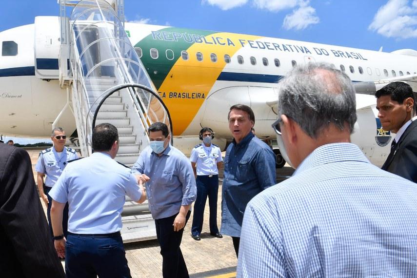 Davi e o presidente Bolsonaro embarcam na base aérea de Brasília com destino a Macapá