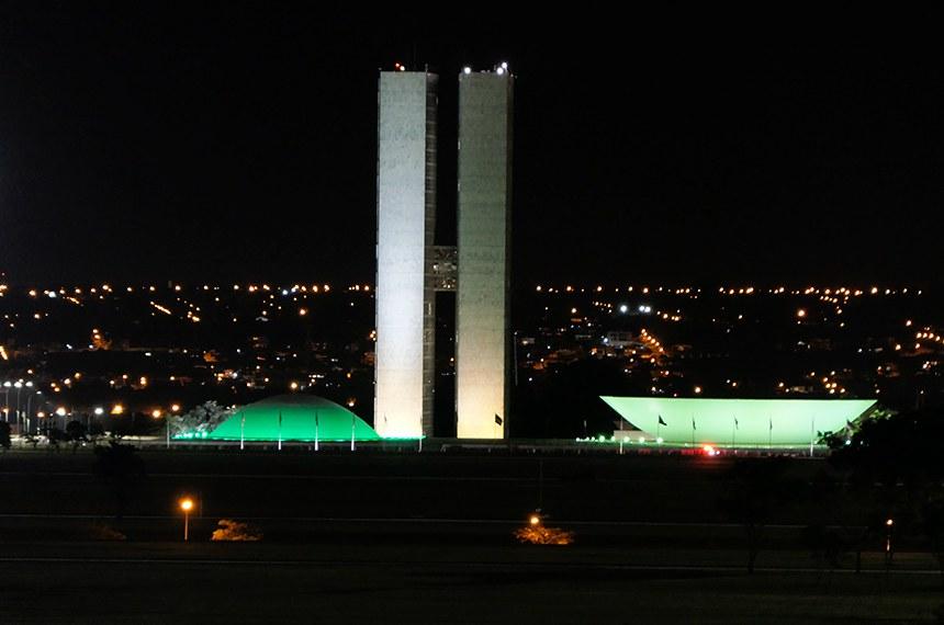 Cúpulas do Congresso Nacional recebem iluminação especial na cor verde para destacar o Dia Mundial da Segurança e Saúde no Trabalho e o Dia Nacional em Memória das Vítimas de Acidentes e Doenças do Trabalho.  Foto: Roque de Sá/Agência Senado