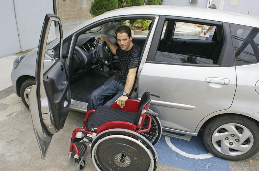 Carro adaptado para motorista com deficiência. Pessoas com deficiência têm direito a descontos na hora de comprar um carro.