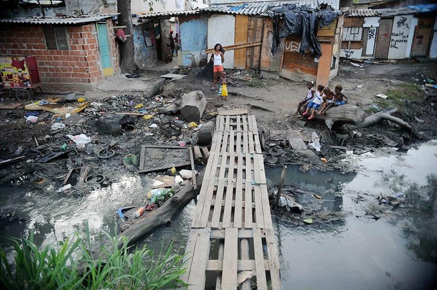 BIE -  Barracos à beira de um canal no Complexo da Maré.  Brasil tem mais de 25 milhões de pessoas na linha de pobreza, com renda familiar de R$ 387.  Foto: Fernando Frazão/Agência Brasil