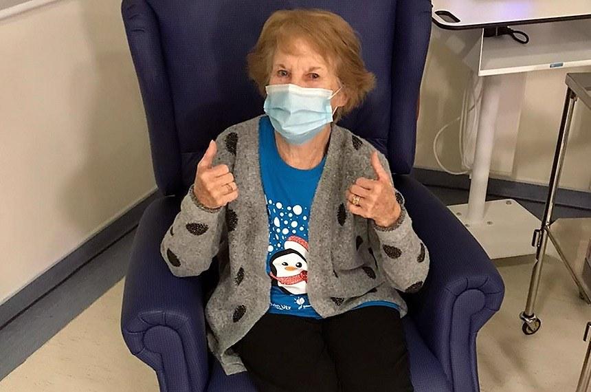 Londres. 08/12/2020 A idosa Margaret Keenan foi a primeira pessoa a receber vacina contra a Covid-19.    A maior campanha de vacina da história do NHS começou na terça-feira, 8 de dezembro , quando a avó Margaret Keenan, de 90 anos, se tornou a primeira pessoa no mundo a receber a injeção Pfizer COVID-19 após sua aprovação clínica.
