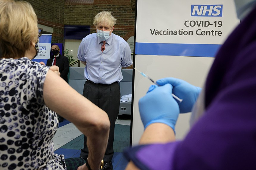 08/12/2020.  Londres, Reino Unido. Boris Johnson visita o Covid-19 Vaccine Center. O primeiro-ministro observa Lynn tomar sua injeção de vacina Covid-19 no Guy's Hospital, no centro de Londres, no dia em que a vacina é lançada em todo o país.  London, United Kingdom. Boris Johnson visits Covid-19 Vaccine Centre. The Prime Minister watches Lynn have her Covid-19 Vaccine injection at Guy's Hospital in central London, on the day the vaccine is rolled out across the country. Picture by Andrew Parsons / No 10 Downing Street