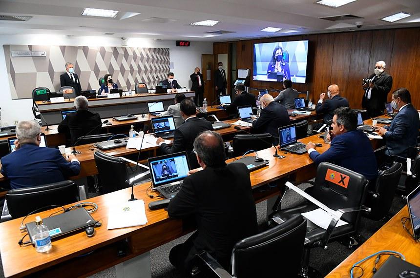 Comissão de Constituição, Justiça e Cidadania (CCJ) se reúne em sistema semipresencial para sabatina de indicado para exercer o cargo de ministro do Supremo Tribunal Federal (STF).   As reuniões ocorrem de forma semipresenciais, sendo permitida a participação remota dos senadores através de um aplicativo de videoconferência, para debate com os indicados e leitura de relatórios.   Mesa: presidente da CCJ, senadora Simone Tebet (MDB-MS);  relator ad hoc, senador Rodrigo Pacheco (DEM-MG).   Foto: Marcos Oliveira/Agência Senado