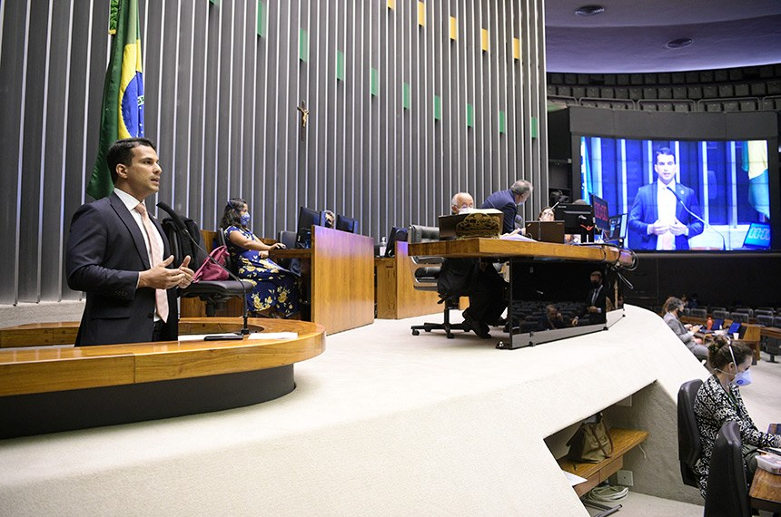 O senador Irajá apresenta seu relatório ao projeto da LDO no Plenário da Câmara