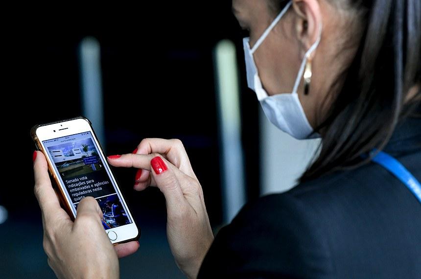 Jornalista, Débora Brito acessa portal do Senado Notícias por meio de dispositivo móvel.  Portal de notícias do Senado atinge 50 milhões de visualizações em dezembro.   Foto: Jefferson Rudy/Agência Senado