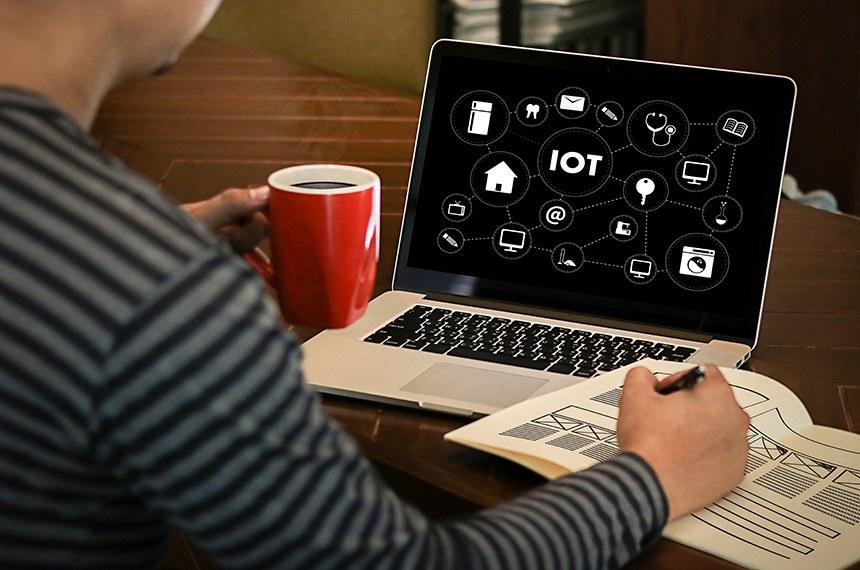 Homem no computador  com diagrama da internet das coisas