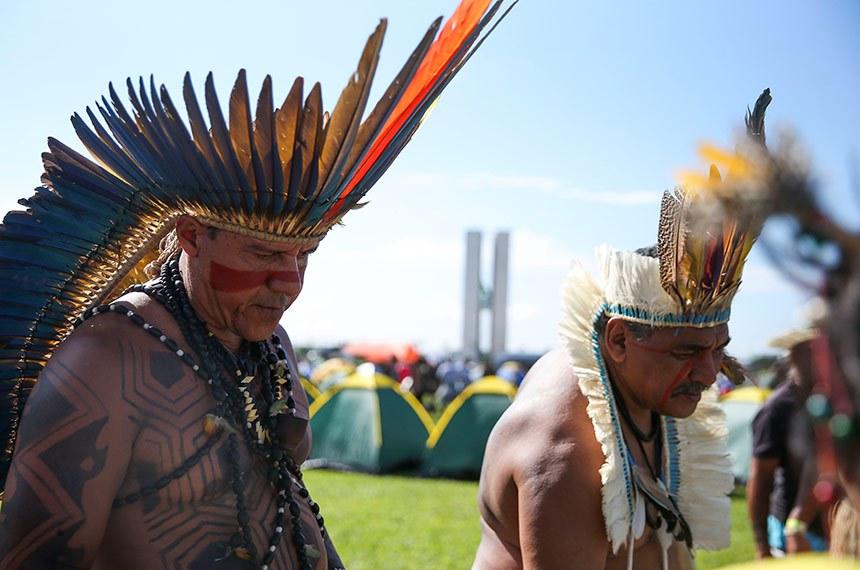 BIE - 24/04/2019 - Indígenas de todo o Brasil estão acampados na Esplanada dos Ministérios, para a 15ª edição do ATL- Acampamento Terra Livre.  Cerca de 4 mil pessoas de várias etnias se reúnem em Brasília para participar do Acampamento Terra Livre, ato em defesa dos direitos dos povos indígenas.   Participam da mobilização representantes de várias regiões do Brasil e também de outros países, ligados à Coordenadoria das Organizações Indígenas da Bacia Amazônica, Alianza Mesoamericana de Pueblos y Bosques, Aliança dos Povos Indígenas do Arquipélago da Indonésia e outras organizações.   Foto: José Cruz/ABr