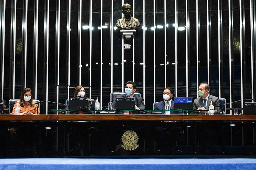 O presidente do Congresso, senador Davi Alcolumbre, comanda a sessão de promulgação da emenda constitucional que tornou Fundeb permanente, em agosto