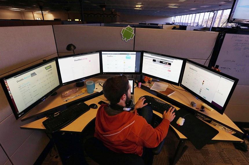 FindTheBest, uma startup já com 60 funcionários, usa Ubuntu! 12 de Março 2013, 2:09  Ontem o site Google Discovery apresentou uma matéria relativa à maneira como os algoritmos de pesquisa do Google estavam a evoluir. Nessa matéria, que você pode aceder no link no fundo deste post, é referido que as buscas estão mais humanas, pelos serviços prestados por pessoas que analisam os resultados dos pesquisas.  Uma das empresas que tem um objetivo concreto de analisar resultados de pesquisas é a FindTheBest. Esta empresa é start-up que está a ter um crescimento muito grande, em apenas dois anos, já tem 60 funcionários a trabalhar!