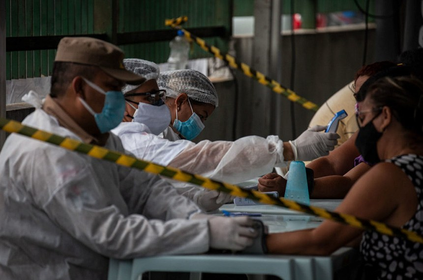 Pacientes buscam socorro na área externa do Hospital 28 de Agosto, em Manaus. Manaus enfrenta o caos na saúde com a alta de casos na segunda onda de Covid-19. Falta de suplementos hospitalares como oxigênio têm contribuído para o aumento do número de mortos. (Foto: Raphael Alves/Amazônia Real)