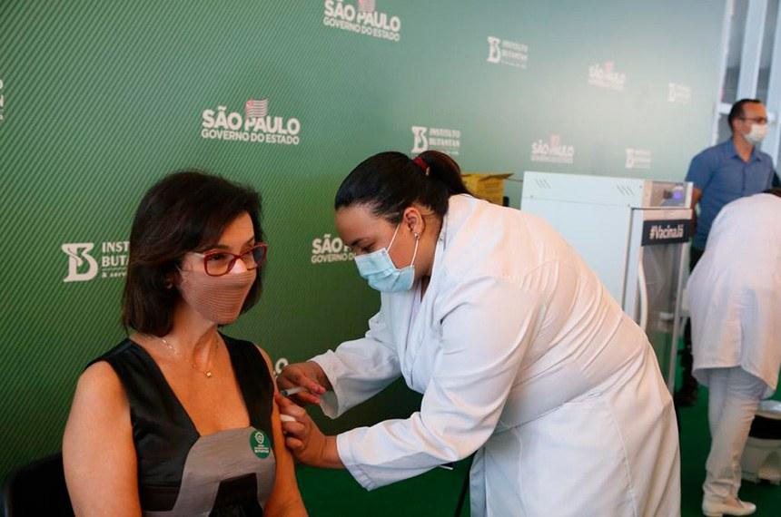 No estado de São Paulo, vacinação com a CoronaVac começou no domingo, logo após aprovação pela Anvisa