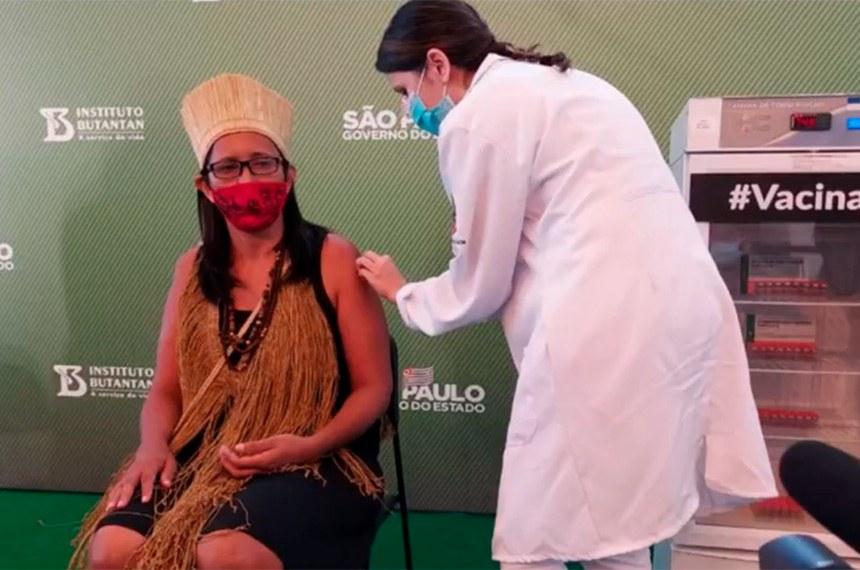 Vanusa Kaimbé, de 50 anos, técnica de enfermagem e presidente do conselho dos indígenas kaimbé, de São Paulo, foi a primeira índia a ser vacinada