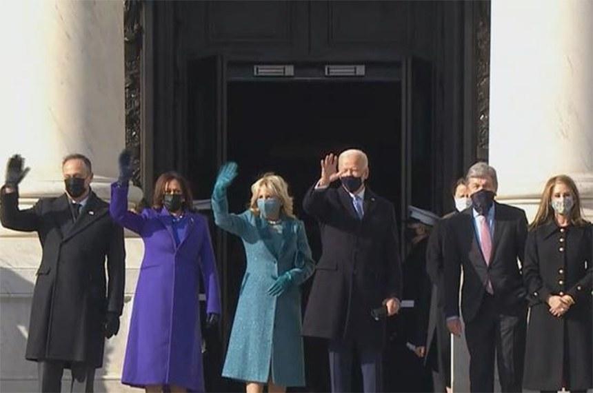 Novo presidente dos Estados Unidos, Joe Biden, tomou posse com sua vice, Kamala Harris (de roxo), nesta quarta-feira (20)
