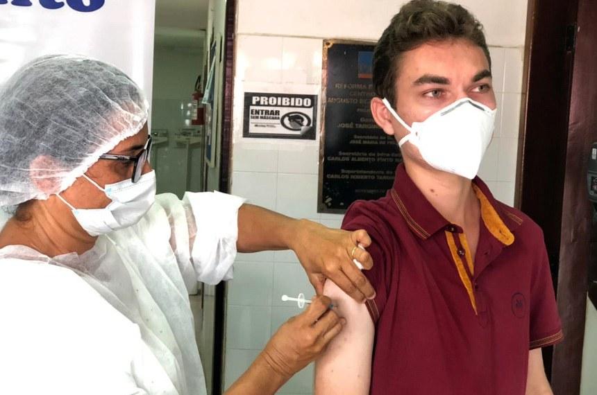 O agente de saúde, Antonio Gomes da Silva Júnior, representante da Paraíba no programa Jovem Senador 2015, é vacinado contra o coronavírus SarsCov2, causador da Covid19. Antonio é agente de saúde em Cuitegi, cidade próxima a João Pessoa, na Paraíba.