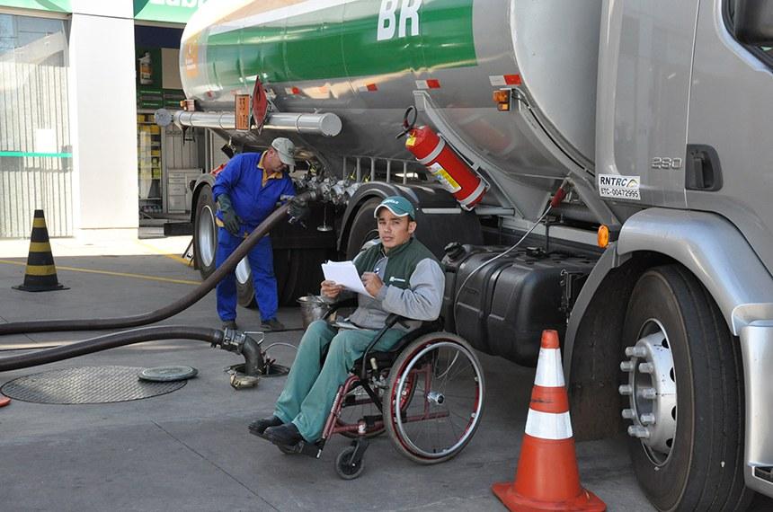 """Projeto Cidadão Capaz teve início em setembro de 2002 e, desde então, promove a adaptação de postos Petrobras às condições necessárias para que pessoas com deficiência possam ser empregadas na rede. Integra o Programa Desenvolvimento & Cidadania Petrobras, seguindo a linha de atuação """"Geração de Renda e Oportunidade de Trabalho.  Klayton em plena atividade no posto."""