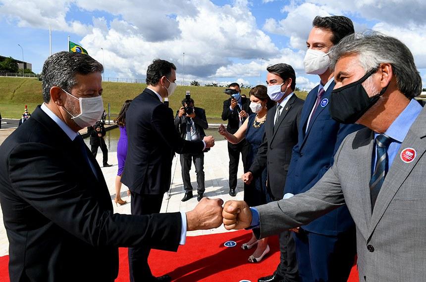 Arthur Lira e Rodrigo Pacheco são recebidos na rampa do Congresso por membros da Mesa e diretores do Senado