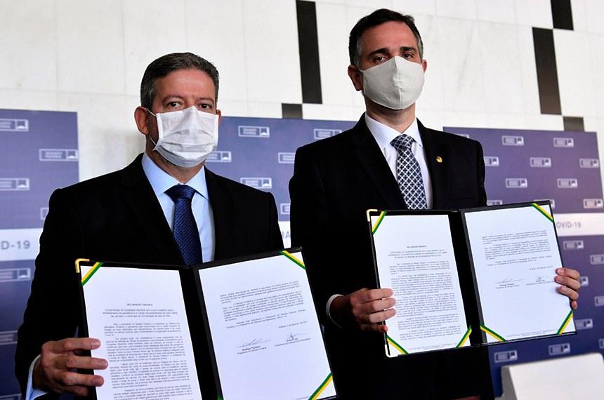 O presidente do Senado Federal, Rodrigo Pacheco e o presidente da Câmara dos Deputados, Arthur Lira assinam um documento de intensões, se comprometendo com pautas para combater pandemia, assegurar vacina, desenvolvimento econômico,   que será entregue ao presidente da República, Jair Bolsonaro