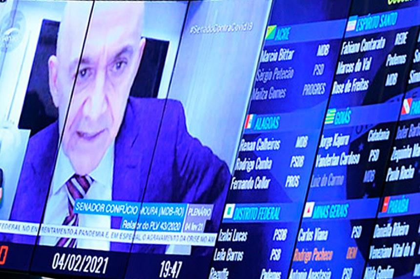 Plenário do Senado Federal durante sessão deliberativa ordinária semipresencial.   Na ordem do dia, o PLV 42/2020 (MP 998/2020) que remaneja recursos no setor elétrico para permitir redução de tarifas de energia. O PLV 42 também trata das ações das Indústrias Nucleares do Brasil (INB) e da Nuclebrás, que passam para a União. Senadores também analisam o PLV 43/2020, proveniente da MP 1.003/2020, que autoriza o Brasil a aderir ao Instrumento de Acesso Global de Vacinas Covid-19 - Covax Facility e estabelece diretrizes para imunização da população.   Relator do PLV 43/2020, senador Confúcio Moura (MDB-RO), em pronunciamento via videoconferência.   Foto: Jefferson Rudy/Agência Senado