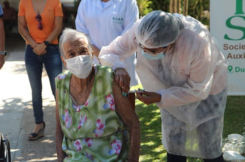 Vitor Motta 102 anos e Jándira Bentacurt 100 anos são os primeiros vacinados na asilo Mário Mota localizado na rua Duque de Caxias.Foto Marcelo Pinto/APlateia