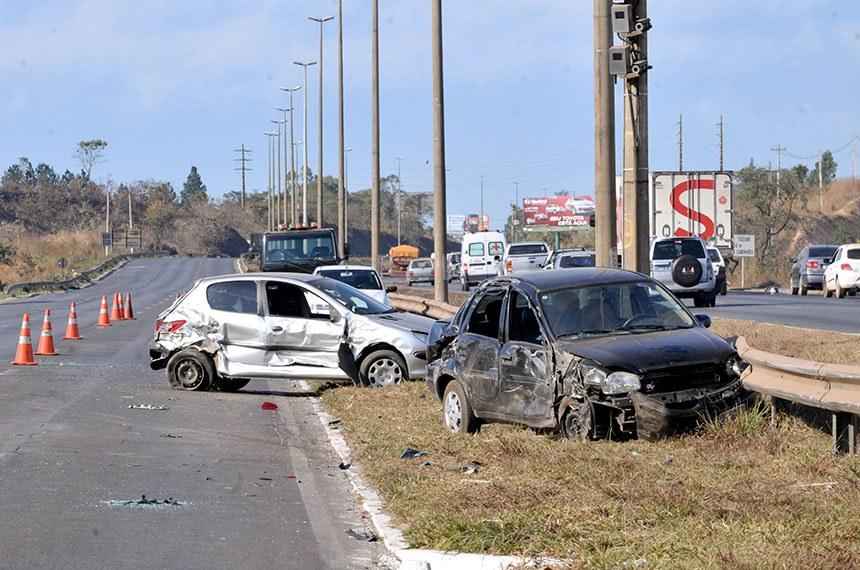 Renato Araújo/ABr  Brasília - Acidente envolvendo seis carros, sem vítimas fatais, bloqueia momentaneamente a rodovia BR-020.