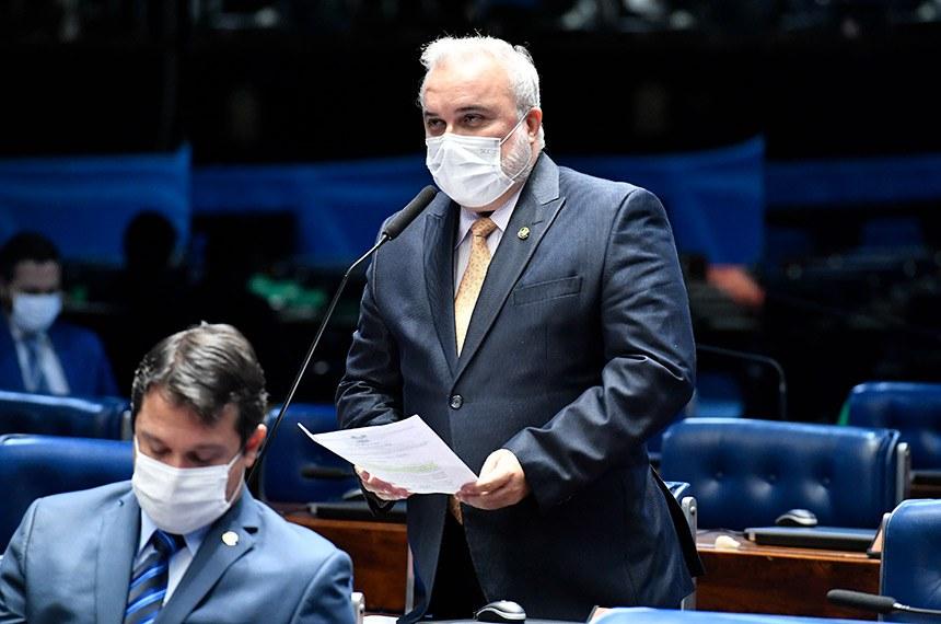 Plenário do Senado Federal durante sessão deliberativa ordinária semipresencial.  Na ordem do dia, dois empréstimos entre a União e bancos internacionais para financiar ações de combate à pandemia. Plenário também deve votar o projeto de lei que suspende o cumprimento de metas acertadas entre o Sistema Único de Saúde (SUS) e prestadores de serviço de saúde (PL 2.809/2020); o PL 4.844/2020, que proíbe a desativação de hospitais de campanha enquanto não houver ampla vacinação nas cidades em que estão instalados; e o PDL 562/2020, projeto de decreto legislativo que ratifica a participação do Brasil na Convenção Interamericana contra o Racismo, a Discriminação Racial e Formas Correlatas de Intolerância. Estão na pauta, ainda, o PL 5.191/2020, que institui os Fundos de Investimento para o Setor Agropecuário (Fiagro), e por fim, projeto de resolução que se refere a uma possível mudança no Regimento Interno da Casa para criar a liderança da oposição.  Em pronunciamento via videoconferência, senador Jean Paul Prates (PT-RN). À esquerda, senador Reguffe (Podemos-DF).  Foto: Waldemir Barreto/Agência Senado