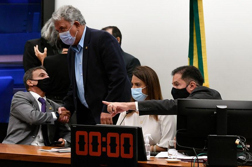 Comissão Mista de Planos, Orçamentos Públicos e Fiscalização (CMO) realiza reunião de instalação e eleição para 2021.   A instalação da comissão formada por 30 deputados e 10 senadores titulares é o primeiro passo para a análise do Orçamento de 2021 (PLN 28/20).   A deputada Flávia Arruda (PL-DF), é eleita presidente da CMO e o senador Marcio Bittar (MDB-AC) eleito relator do Orçamento da União para 2021.   Mesa:  relator do Orçamento da União para 2021, senador Marcio Bittar (MDB-AC);  senador Sérgio Petecão (PSD-AC); presidente da CMO, deputada Flávia Arruda (PL-DF);  secretário da CMO, Walbinson Tavares de Araújo.   Foto: Edilson Rodrigues/Agência Senado