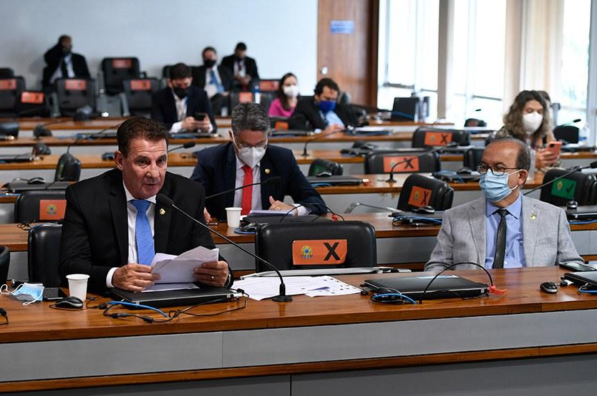 """Comissão de Assuntos Econômicos (CAE) realiza reunião semipresencial para discutir e deliberar as emendas da comissão ao PLOA/2021 (PLN 28/2020), que """"estima a receita e fixa a despesa da União para o exercício financeiro 2021"""".   À bancada, em pronunciamento, senador Vanderlan Cardoso (PSD-GO).   Participam:  senador Jorginho Mello (PL-SC);  senador Alessandro Vieira (Cidadania-SE).   Foto: Edilson Rodrigues/Agência Senado"""