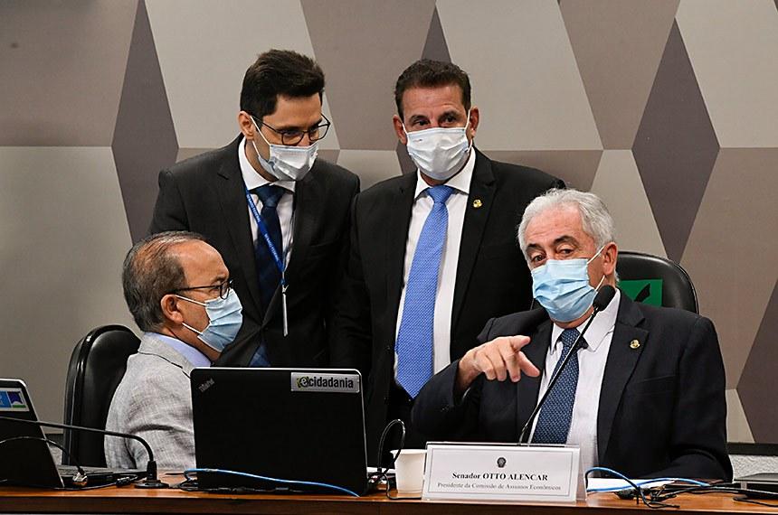 """Comissão de Assuntos Econômicos (CAE) realiza reunião semipresencial para discutir e deliberar as emendas da comissão ao PLOA/2021 (PLN 28/2020), que """"estima a receita e fixa a despesa da União para o exercício financeiro 2021"""".   Mesa: senador Jorginho Mello (PL-SC); vice-presidente da CAE, senador Vanderlan Cardoso (PSD-GO); presidente da CAE, senador Otto Alencar (PSD-BA).  Foto: Edilson Rodrigues/Agência Senado"""