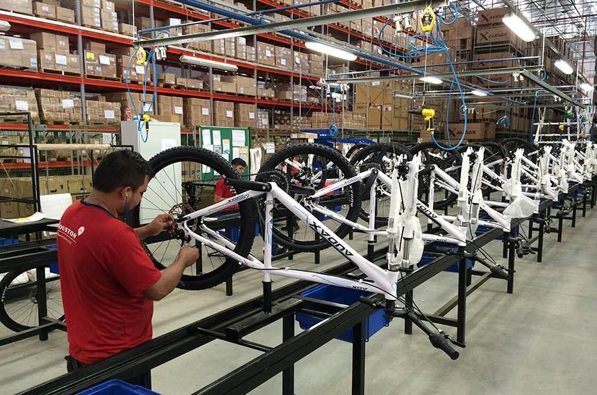 Linha de produção de bicicletas na fábrica da Houston.