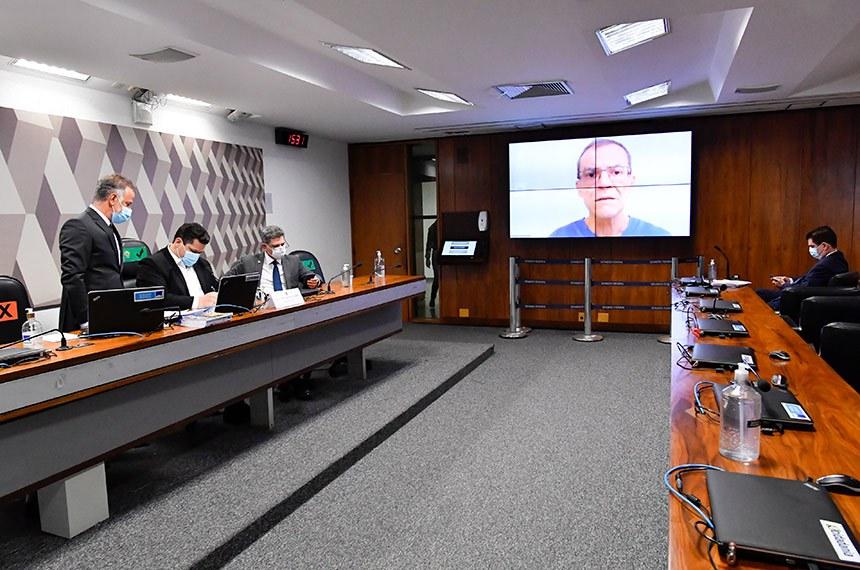 """Comissão de Constituição, Justiça e Cidadania (CCJ) realiza reunião semipresencial para discutir e deliberar as emendas da comissão ao PLOA/2021 (PLN 28/2020), que """"estima a receita e fixa a despesa da União para o exercício financeiro 2021"""".   Mesa: presidente da CCJ, senador Davi Alcolumbre (DEM-AP); senador Rogério Carvalho (PT-SE).  Em pronunciamento, via videoconferência, senador Fabiano Contarato (Rede-ES), relator.  Foto: Waldemir Barreto/Agência Senado"""