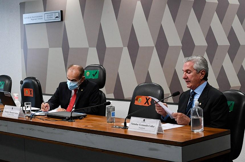 """Comissão de Desenvolvimento Regional e Turismo (CDR) realiza reunião semipresencial para discutir e deliberar as emendas da comissão ao PLOA/2021 (PLN 28/2020), que """"estima a receita e fixa a despesa da União para o exercício financeiro 2021"""".  Presidente da CDR, senador Fernando Collor (Pros-AL) à mesa conduz sessão.  Senador Marcelo Castro (MDB-PI) à bancada.  Foto: Edilson Rodrigues/Agência Senado"""