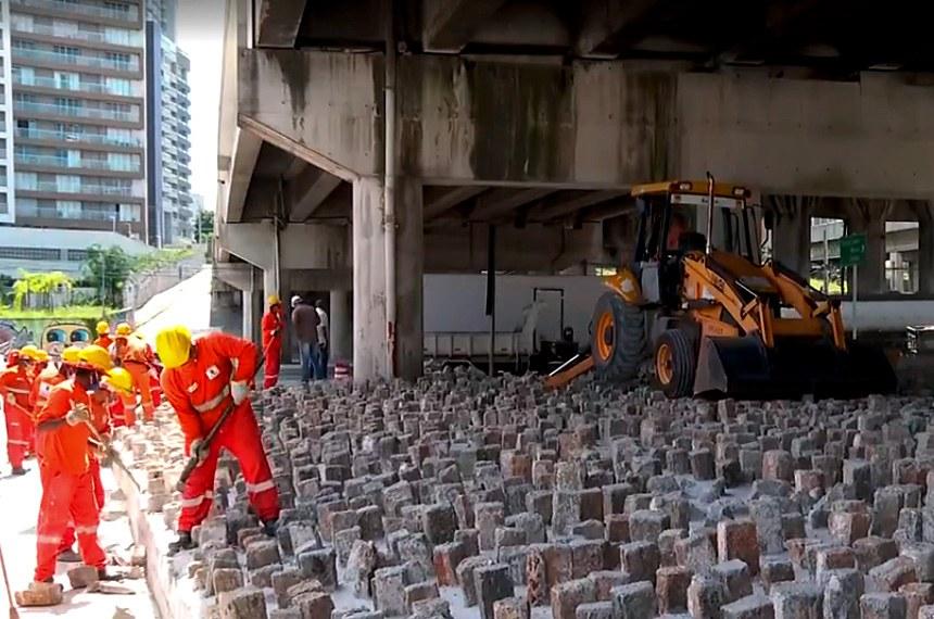 Funcionários da Prefeitura quebram pedras colocadas embaixo de viaduto da zona leste. As pedras foram instaladas para evitar a permanência e o abrigo de moradores de rua