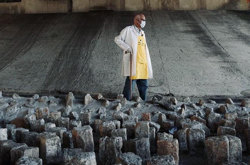 Para evitar moradores de rua, prefeitura de São Paulo instalou pedras sob viadutos na zona leste de SP Padre Julio Lancellotti quebra pedras sob viaduto  Dom Luciano Mendes de Almeida, na avenida Salim Farah Maluf, que fica no Tatuapé (zona leste de SP)