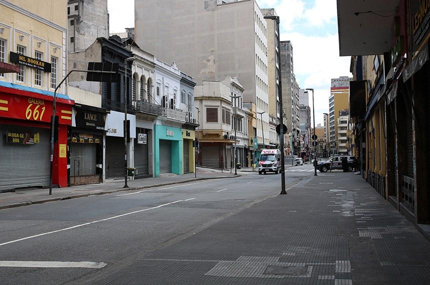 Comércio fechado na rua 25 de Março durante a quarentena.